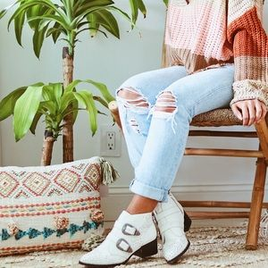Qupid↠Western White Booties